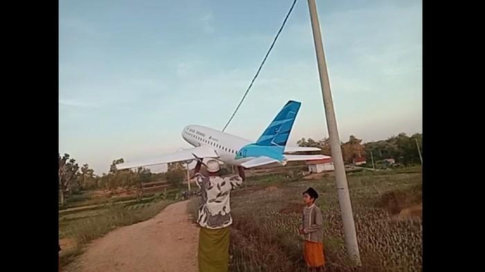 Video miniatur pesawat Garuda Indonesia yang terbang di langit Madura tengah menjadi perhatian. Miniatur pesawat tersebut merupakan karya santri di Sampang.