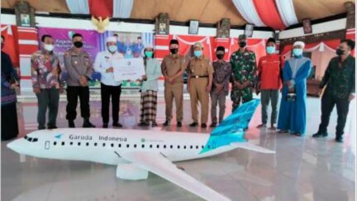 Santri di Madura, Agus Humaidi (25) membuat miniatur pesawat Garuda Indonesia. Ia mengaku sudah mendapat penghargaan dari Bupati Sampang, Slamet Junaidi.