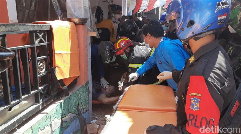 Momen Petugas Evakuasi Tiga Korban Rumah Ambruk di Surabaya