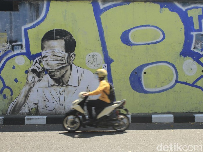 Mural pria mirip Jokowi di Bandung