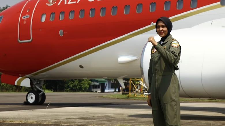Di usia yang masih muda, 26 tahun, Letnan Dua Pnb. Ajeng Tresna Dwi Wijayanti sudah terbilang sukses di udara. Dia tercatat sebagai pilot pesawat tempur wanita pertama yang dimiliki Indonesia. Yuk kenali lebih dekat sosoknya.