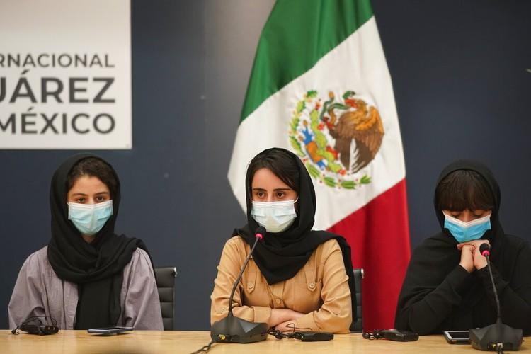 Tim robotika putri Afghanistan dievakuasi ke luar negeri usai Taliban berkuasa. Mereka kini minta bantuan untuk turut selamatkan keluarga mereka di Afghanistan.