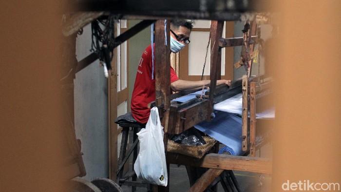 Pelonggaran PPKM di Yogyakarta berdampak pada perajin tenun lurik. Perajin mengaku penjualan kain tenun lurik meningkat sekitar 25 persen.