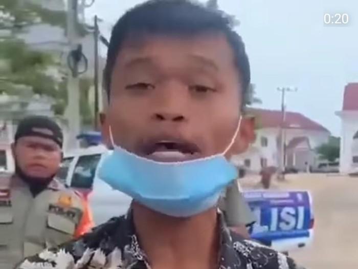Pria di Aceh Timur menyebut Presiden Jokowi kurang ajar. Pria itu memaki Presiden Jokowi di depan kamera lantaran disuruh oleh perekam video.