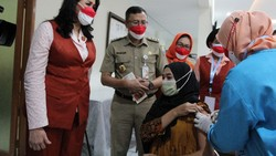Vaksinasi COVID-19 terus dilakukan di Jakarta. Serbuan vaksin kali ini datang dari Kongres Wanita Indonesia dengan seribu dosis vaksin.