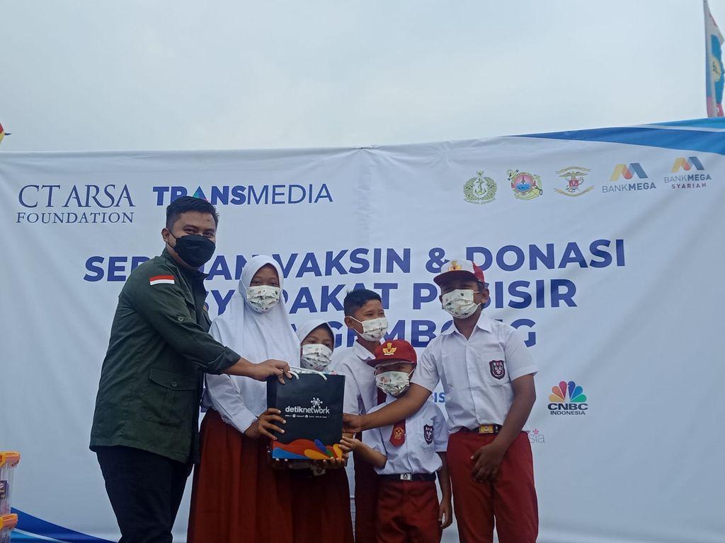 Serbuan vaksinasi dan donasi CT ARSA Foundation-TNI AL di Muara Gembong
