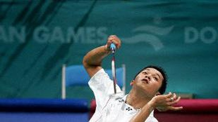 Olympic badminton gold medalist from Indonesia Taufik Hidayat returns the shuttlecock to South Korea's Park Sung Hwan during their men's singles round of 16 match at the 15th Asian Games in Doha 06 December 2006.     AFP PHOTO/Laurent FIEVET (Photo by LAURENT FIEVET / AFP)