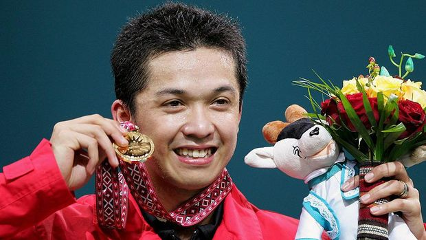 DOHA, QATAR - DECEMBER 09:  Taufik Hidayat of Indonesia celebrates winning the gold medal  in the Men's Badminton Singles Final during the 15th Asian Games Doha 2006 at the Aspire hall, December 9, 2006 in Doha, Qatar.  (Photo by Paula Bronstein/Getty Images for DAGOC)