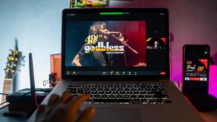 Telkomsel terus mengembangkan aplikasi streaming video MAXstream, yang tak hanya dinikmati untuk menonton film saja, tapi juga bisa jadi wadah konser virtual band legendaris Godbless pada akhir bulan ini.