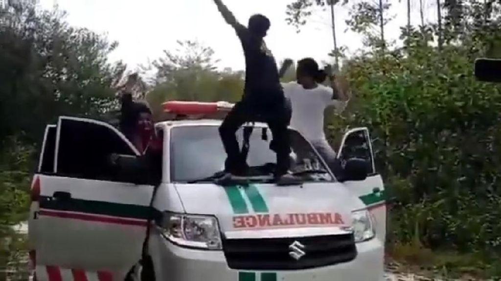 Aksi Tak Simpatik Mahasiswa Joget-Panjat Ambulans Berujung Sidang Etik