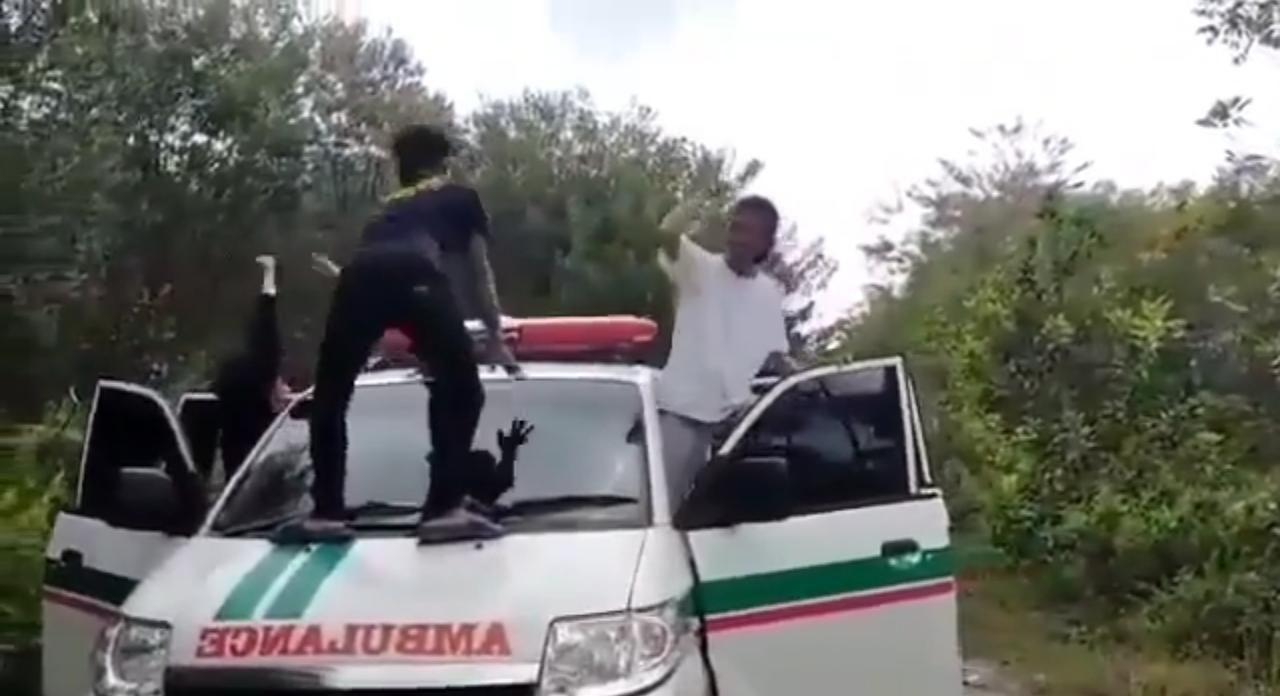 Video sejumlah mahasiswa berjoget-joget memanjat ambulans viral di medsos. Polisi memeriksa mahasiswa tersebut (Screenshot video viral)