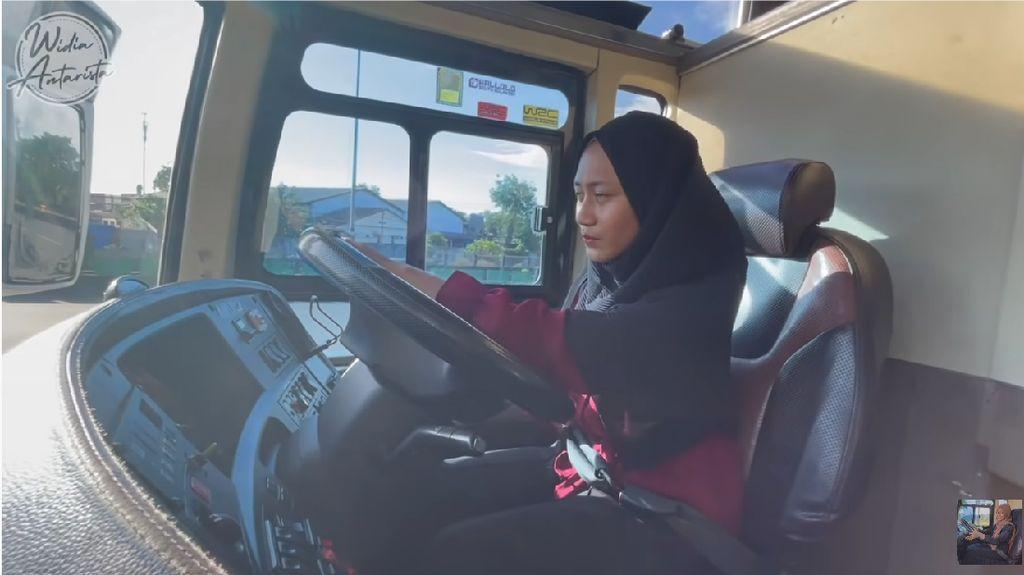 Kisah Wanita yang Jadi Bos PO Bus, Potretnya Nyetir Mobil Besar Jadi Viral
