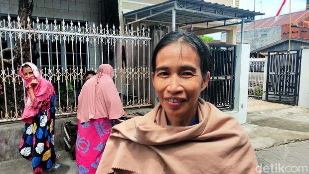 Ani Pina, ibu rumah tangga di Makassar yang viral mirip Presiden Jokowi. (Ibnu Munsir/detikcom)