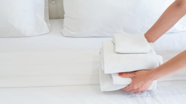 Haduk atau jubah mandi tidak boleh dibawa ya. Jika selesai digunakan kamu gantung saja di kamar mandi, atau pas check out tumpuk saja di kamar mandi. (CNN)