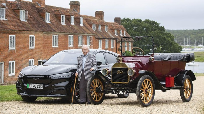 Kakek 101 tahun dapat hadiah Ford Mach-E
