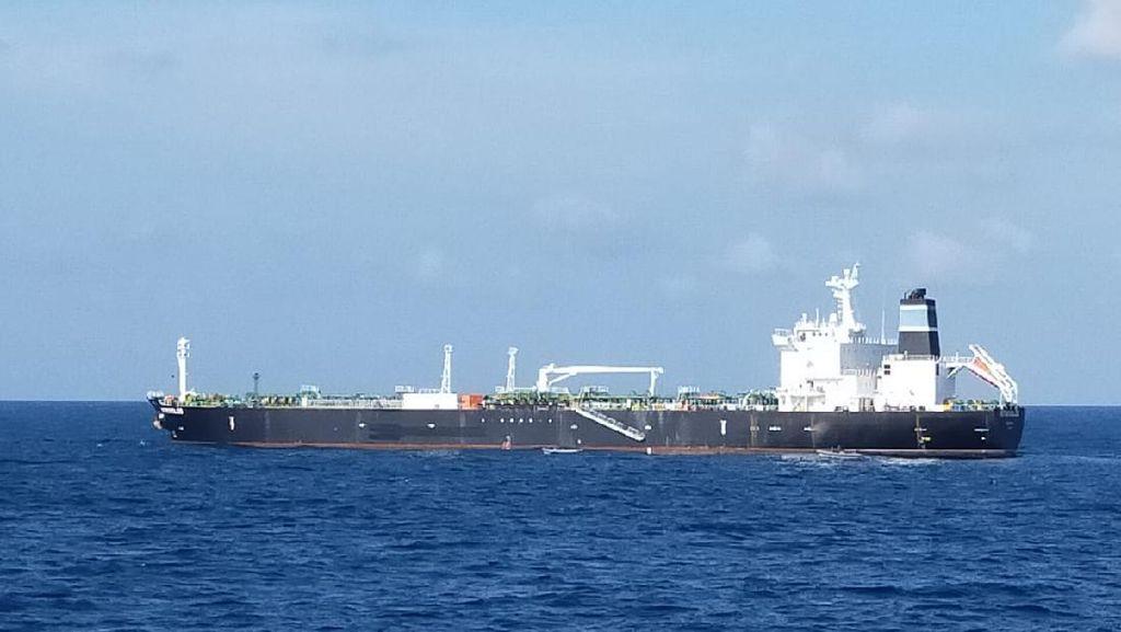 KRI John Lie Tangkap Tanker MT Strovolos Buron Kamboja di Kepri