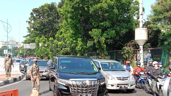 Lalin dari Mampang ke Rasuna Said macet karena ada pemeriksaan ganjil genap (Annisa/detikcom)