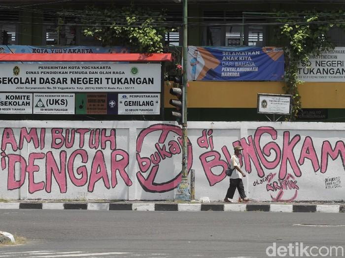 Lomba mural Gejayan Memanggil sebagai bentuk respon kondisi sosial terus bermunculan di Yogyakarta. Ini salah satunya!