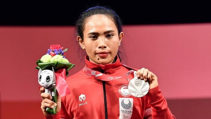 Atlet powerlifting Indonesia Ni Nengah Widiasih (tengah) usai bertanding dalam nomor powerlifting putri 41 kg Paralimpiade Tokyo 2020 di Tokyo International Forum, Jepang, Kamis (26/8/2021). Ni Nengah berhasil meraih medali perak dengan angkatan terbaik 98 kg, sementara medali emas diraih atlet asal China, Guo Lingling, dan medali perunggu diraih atlet asal Venezuela, Clara Sarahy Fuentes. ANTARA FOTO/HO-NPC Indonesia/app/hp.