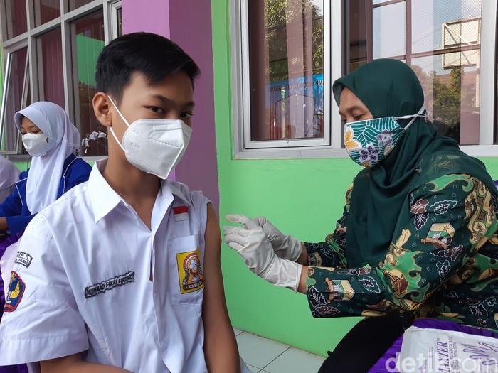 Pelajar antusias mengikuti vaksinasi di salah satu SMP Kota Serang