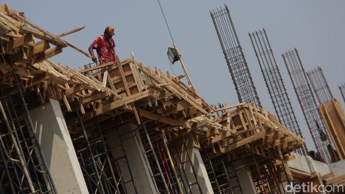 Pekerja melakukan proses pembangunan rusun yang akan digunakan sebagai tempat tinggal eks pemulung dan tunawisma di Balai Karya Pangudi Luhur, Bekasi, Jawa Barat, Kamis (26/2/2021).