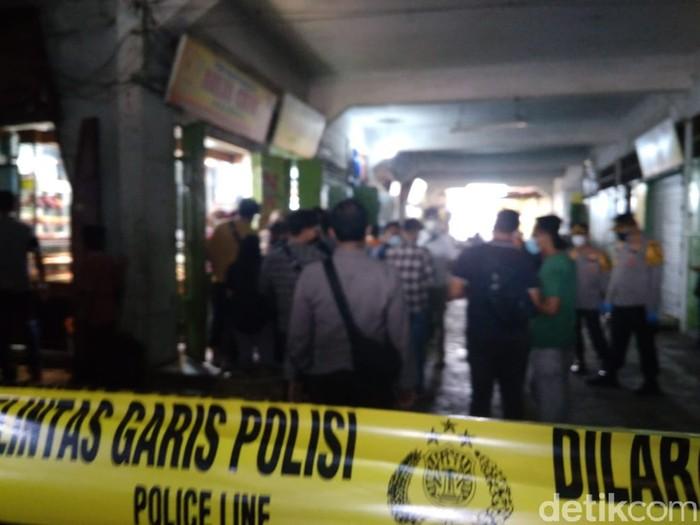 Polisi melakukan olah TKP terkait perampokan bersenjata api di Medan. Polisi menemukan 3 butir selongsong di TKP (Datuk Haris/detikcom)