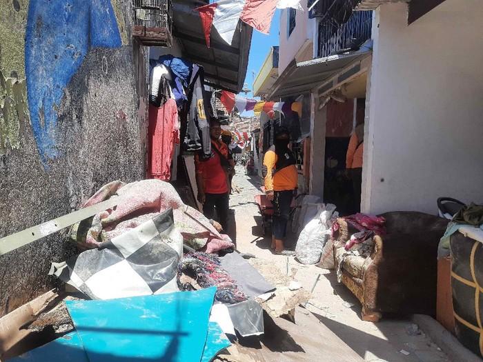 rumah ambruk di tambaksari surabaya