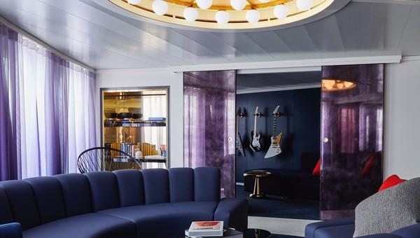 Tempat tidur penumpang kapal pesiar Scarlet Lady dapat diubah menjadi sofa di siang hari. Dan, di setiap kamar dilengkapi dengan pencahayaan suasana merek dagang Virgin.