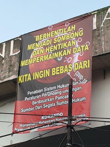 Spanduk yang dipasang mahasiswa di flyover Ciputat, Tangsel langsung dicopot (dok.istimewa)