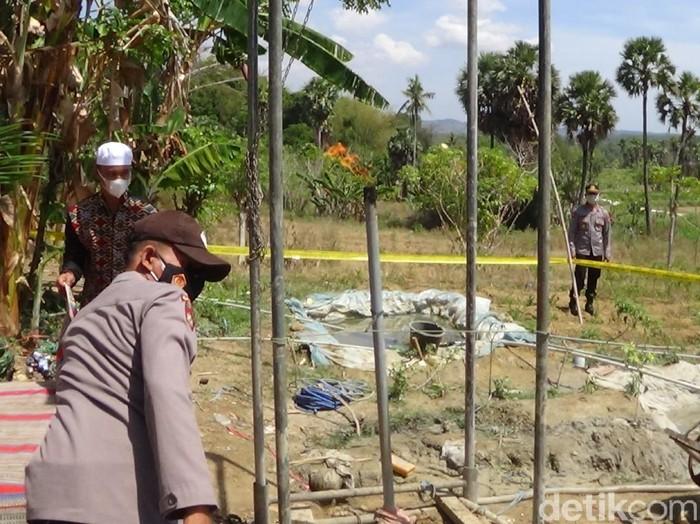 Warga Desa Mandala, Kecamatan Rubaru membuat sumur bor sebagai sumber air bersih. Namun malah mengeluarkan gas dan ketika disulut langsung menyala.