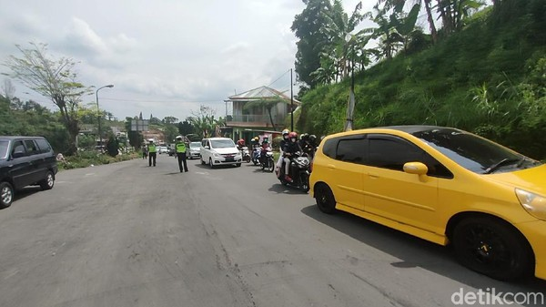 Tercatat 300 motor dan 150 mobil diputar balik oleh petugas. Penyekatan ini sendiri akan dilakukan hingga pukul 15.00 WIB setiap hari. (Andika Tarmy/detikTravel)