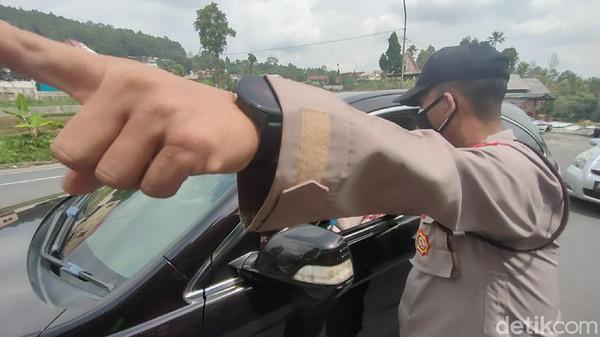Penyekatan dilakukan oleh petugas gabungan Satlantas Polres Karanganyar, aparat TNI serta Satpol PP Karanganyar di Simpang Sumokadu, Tawangmangu. (Andika Tarmy/detikTravel)