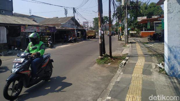 Tiang-tiang makan badan jalan di Jl WR Supratman, Ciputat Timur, Tangsel, 26 Agustus 2021. (Athika Rahma/detikcom)