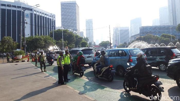 Titik pemeriksaan ganjil genap Jalan Sudirman, terjadi antrean kendaraan menjelang lokasi