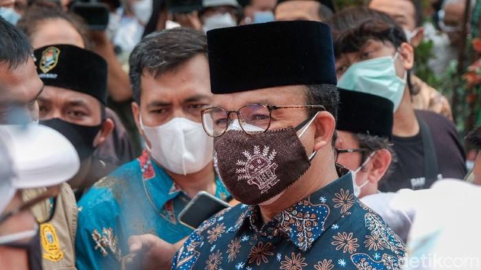 Pembangunan Masjid At-Tabayyun menuai pro dan kontra. Gubernur DKI Jakarta Anies Baswedan pun sempat berdialog dengan warga yang kontra pembangunan masjid itu.