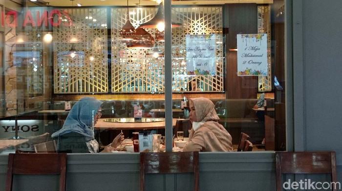 Pemerintah telah menurunkan level PPKM untuk wilayah Jabodetabek menjadi level 3. Kini restoran telah melayani dine-in alias makan di tempat.