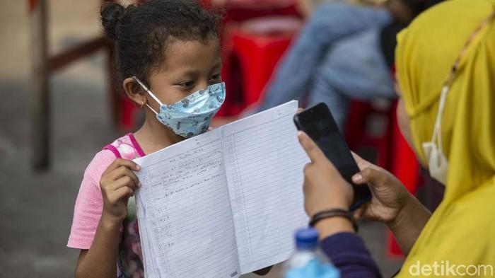 Pandemi membuat siswa harus belajar secara online. Mutiara (8) pun harus rela belajar di lapak bakso orangtuanya di Petojo, Jakarta.