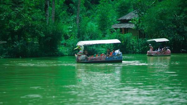 Desa Wisata Sanakerto atau Boonpring berlokasi di Turen Malang, Jawa Timur. Wisata yang ditawarkan yaitu edukasi budidaya ikan tawar hungga naik perahu angsa. (Boonpring Andeman/instagram)