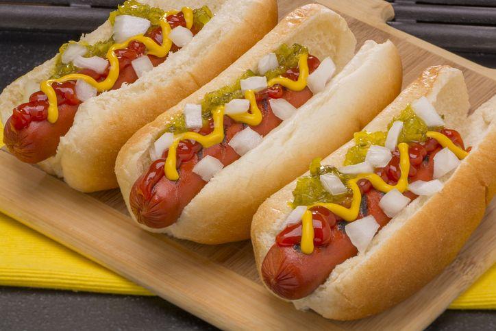 Cara makan hot dog yang benar agar tidak berantakan.