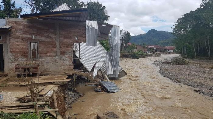 Desa terisolasi akibat banjir dan tanah longsor di Polman, Sulbar. (dok. Istimewa)