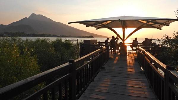 Desa Wisata Kampung Blekok di Situbondo menjadi kawasan wisata berbasis konservasi mangrove dan burung air. Terdapat perahu wisata untuk menyusuri kampung blekok sambil menikmati keindahan flora dan fauna di desa. (Jadesta)