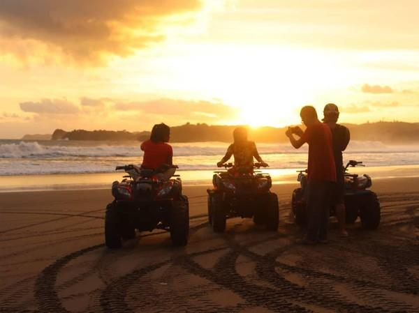 Secara geografis, Desa Wisata Serang di Kabupaten Blitar berada di perbukitan karst dan pesisir pantai. Wisata alam yang jadi ikonnya yaitu Pantai Serang dengan sunset indah, Goa Kedungkrombang dan Goa Grontol. (Desa Wisata Serang/instagram)
