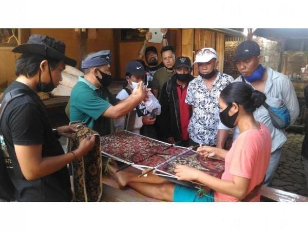 Desa Wisata Tenganan Pegringsingan di Kabupaten Karangasem punya karakteristik sebagai destinasi budaya. Selain pesona alam perbukitan yang indah, ada kerajinan tenun langka yang hanya ada di tiga tempat di dunia, yaitu Tenung Gringsing. (Jadesta)