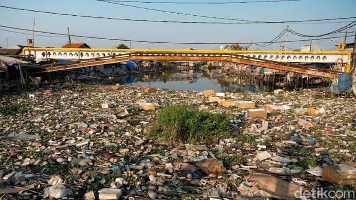 Beginilah kondisi Kali Prancis yang tertutup oleh sampah bak sebuah kepulauan yang memprihatinkan di Tangerang, Banten. Iiih... Jorok!