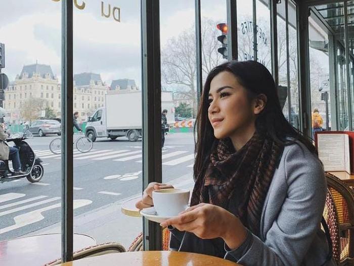 Dita Fakhrana Doyan Ngopi dan Hangout di Kafe, Ini Buktinya!