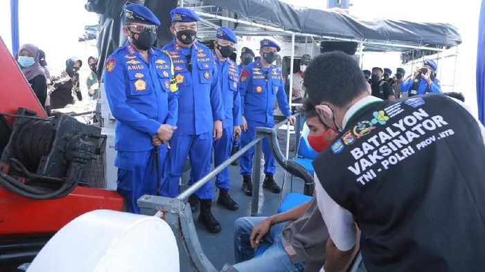 Kabaharkam Polri Komjen Arief Sulistyanto meninjau Vaksinasi Terapung yang digelar Polda NTB