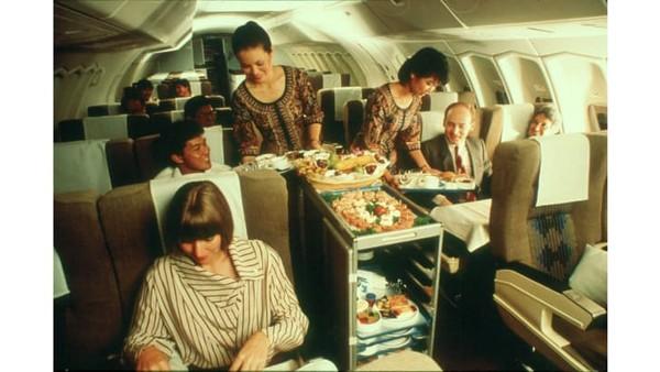 Singapore Airlinesmasih terbang glamor pada era 1980-an di dek kelas bisnis.