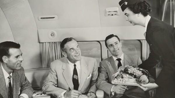 Layanan makanan adalah bagian penting dari pengalaman penerbangannya. Pramugari dituntut keterampilan nyata dalam memasak bahkan saat berada di dapur bagian belakang pesawat. Sajian buah lengkap di nampan.