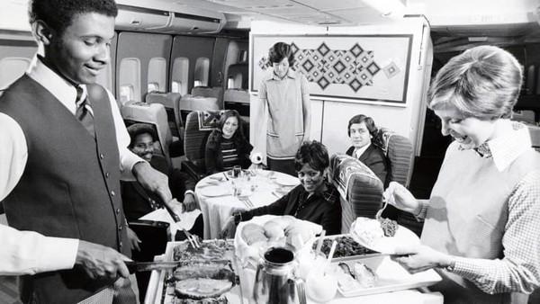 American Airlinesmemiliki foto-fotolama yang pramugari menyajikan daging sapi panggang yang diiris.
