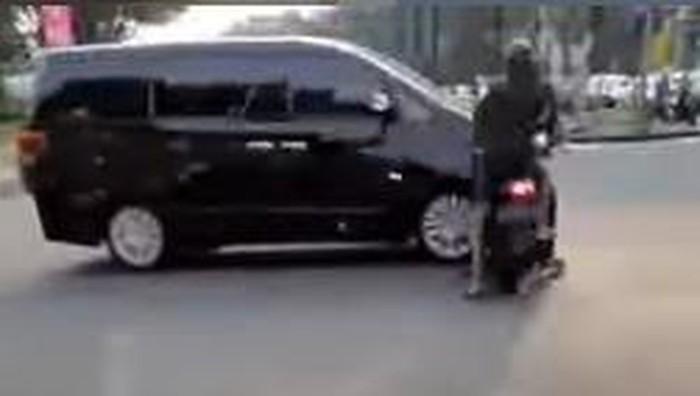 Mobil vs Motor di persimpangan